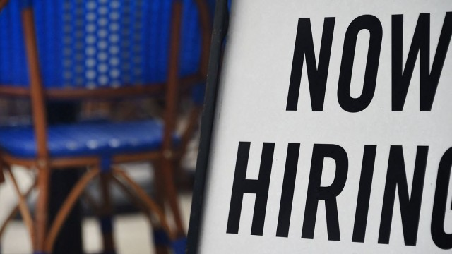 Economic Report: U.S. jobless claims fall again to 385,000 as unemployment shrinks despite rise of delta