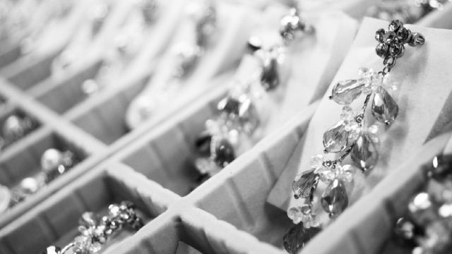 Signet Jewelers Stock Gains On Bumper Q1 Sales, Raised Guidance, Dividend Reinstate
